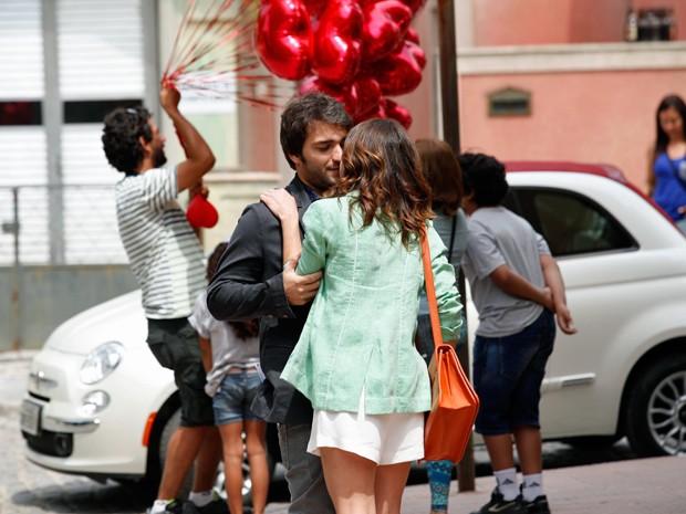 Os dois se despedem desajeitados  (Foto: Raphael Dias / TV Globo)