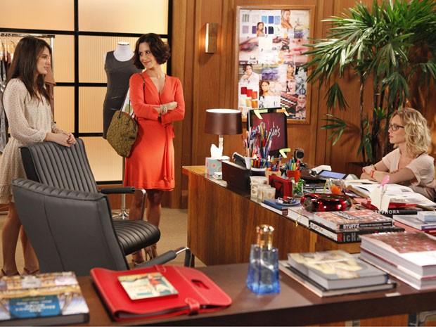 Carolina consegue o que tanto almejava: um emprego na Charlô´s (Foto: Guerra dos Sexos/ TV Globo)
