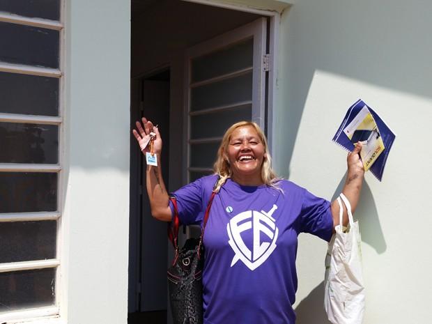Célia agradeceu a Deus e não conteve a emoção em ganhar a casa própria (Foto: Mariane Peres/ G1)