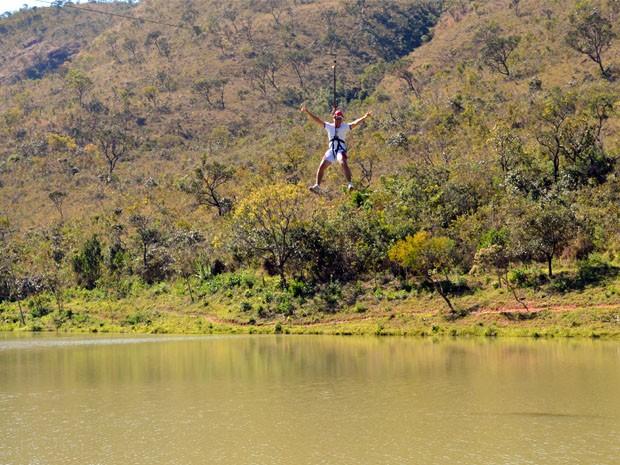 Tirolesa de 250 metros de comprimento é uma das opções de diversão em Termópolis (Foto: Tiago Campos / G1)