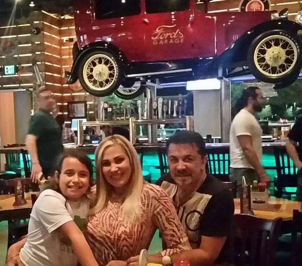 Ângela Bismarchi com o marido e a filha nos Estados Unidos (Foto: Reprodução/Instagram)