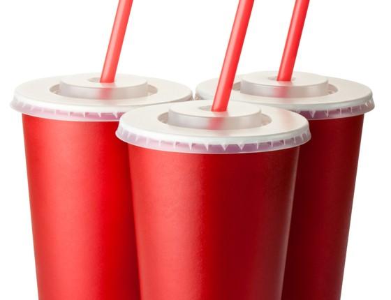 Copos de refrigerante. Ministério da Saúde estuda proibir refis para combater a obesidade (Foto: Thinkstock/Getty Images)
