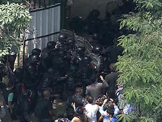 Batalhão de choque entrou na área do museu no final da manhã (Foto: Reprodução/TVGlobo)