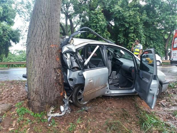 Motorista perdeu o controle e bateu em árvore (Foto: Polícia Rodoviária/Divulgação)