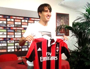 Bojan apresentado no Milan (Foto: Reprodu&#231;&#227;o / Twitter)