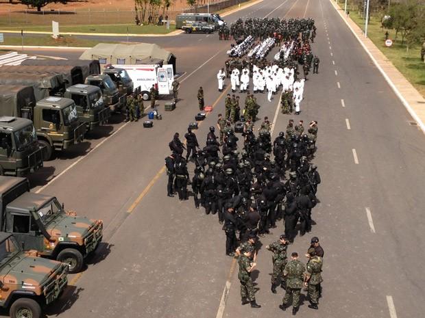 Demostração de equipe do Comando Militar do Planalto para atuação durante a Copa do Mundo (Foto: Felipe Néri / G1)