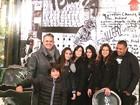 Ronaldo Fenômeno e Paula Morais posam com família de Glória Pires