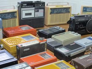 Pequenos rádios de João (Foto: Mariane Rossi/G1)