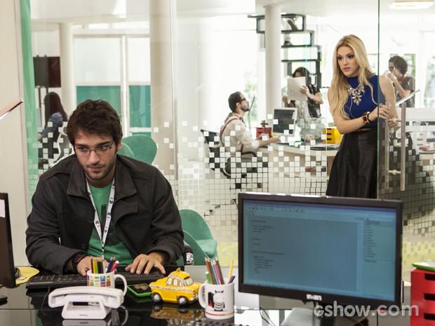 Megan aparece de surpresa e pede para falar com Davi (Foto: Inácio Moraes/TV Globo)