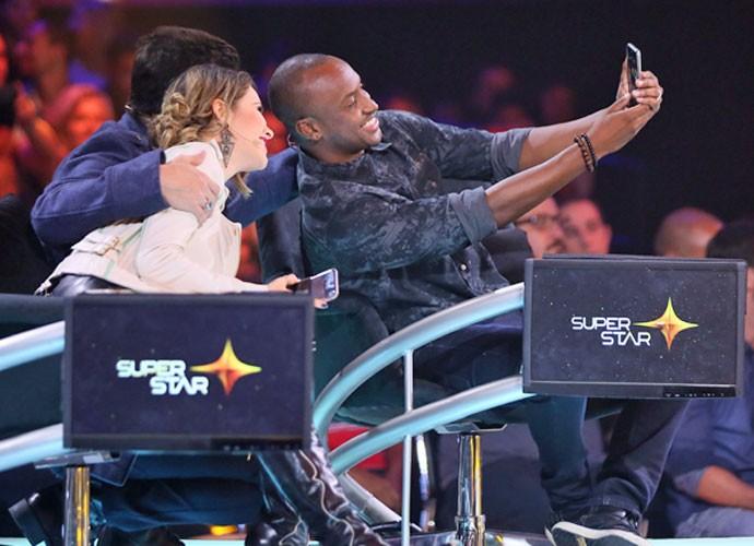 Sandy e os jurados Paulo Ricardo e Thiaguinho tirando selfie no intervalo do reality (Foto: Isabella Pinheiro/Gshow)