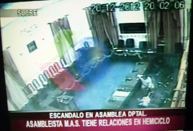 Incidente ocorrido em 20 de dezembro foi gravado por câmera de segurança na assembleia de Chuquisaca, na Bolívia (Foto: AFP)