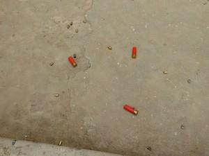 Cápsulas encontradas na frente da casa de uma das vítimas (Foto: Hélio Alvez/Tribuna do Recôncavo)