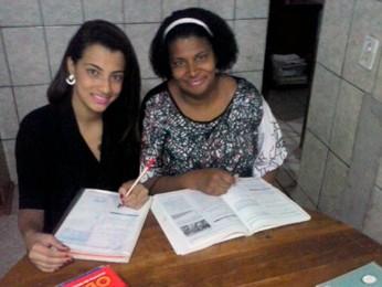 Tereza Viana estuda em casa ao lado da filha (Foto: Arquivo Pessoal)