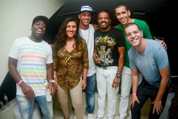 Douglas Silva, Regina Casé, Leandro Sapucahy, Xande de Pilares e amigos (Foto: Mariana Oliver/Divulgação)