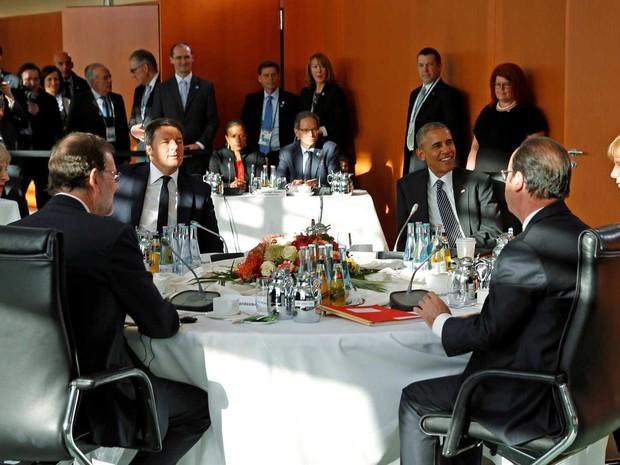 Presidente dos Estados Unidos, Barack Obama, encontra líderes europeus em Berlim, nesta sexta-feira (18) (Foto: Kevin Lamarque/ Reuters)
