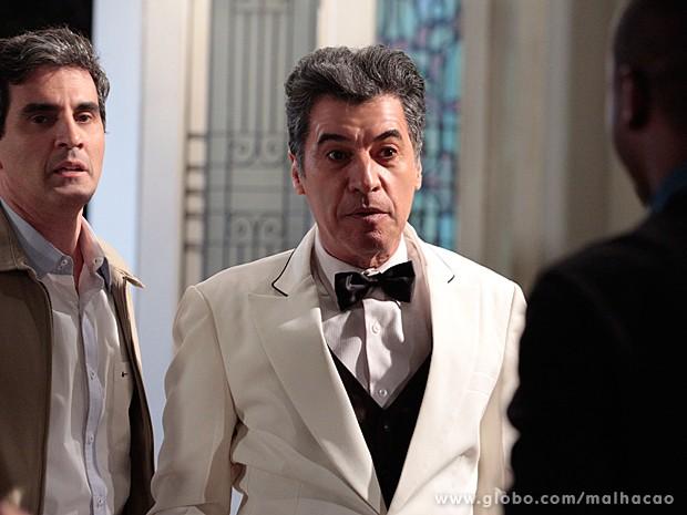 Caetano aparece no casarão, vestido de garçom, e vê o beijo (Foto: Malhação / TV Globo)
