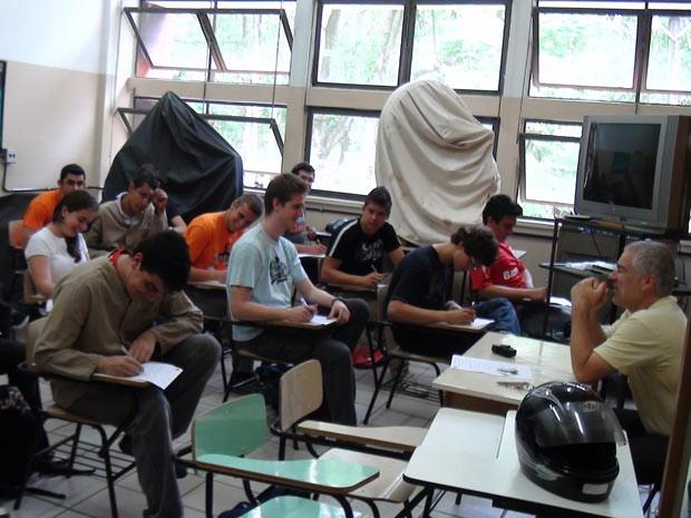 Alunos da Fundação Liberato Vieira da Cunha fazem prova: escola é apontada como modelo pela Secretaria de Educação do RS 620x465 (Foto: Felipe Truda/G1)