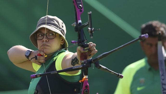 Brasileira Sarah Nikitin disputa tiro com arco (Foto: REUTERS)