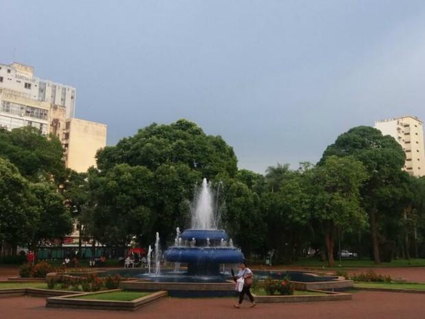 Tempo ficou abafado depois de pacandas de chuva em Campo Grande nesta sexta-feira (Foto: Ronie Cruz/G1 MS)