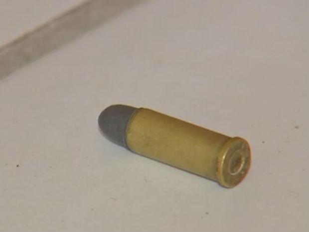 Bala de revólver ficou caída no bar após assalto (Foto: Reprodução/TV TEM)