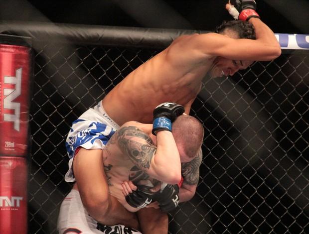 Charles Do Bronx Oliveira x Andy Ogle UFC Jaraguá do Sul (Foto: Rodrigo Malinverni)