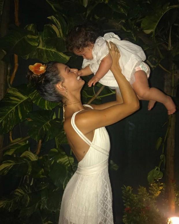 Isis Valverde e Madalena, filha de Yanna Lavigne, em Fernando de Noronha (Foto: Reprodução/Instagram)
