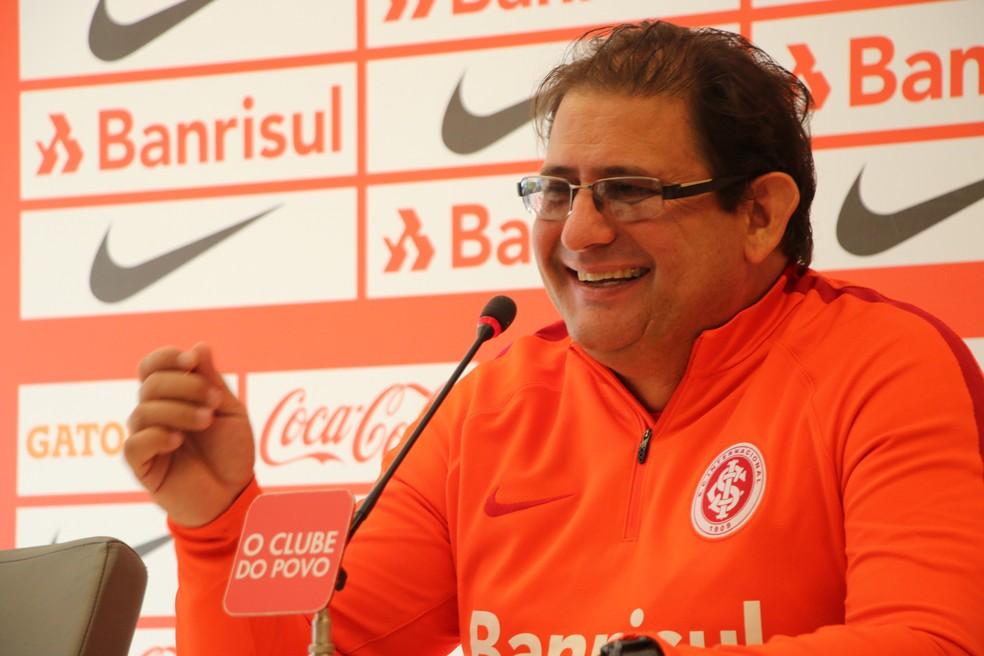 Guto mostrou bom humor durante entrevista coletiva nesta sexta-feira (Foto: Eduardo Deconto)