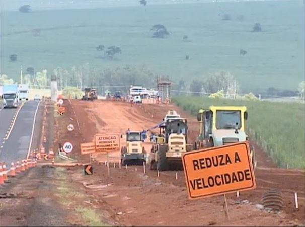 Obras de duplicação na Rodovia Raposo Tavares (SP-270), em Regente Feijó (Foto: (Foto: Reprodução/TV Fronteira))