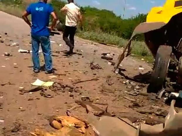 Destroços do carro-forte alvo de bandidos ficaram espalhados por rodovia na Bahia (Foto: Divulgação)