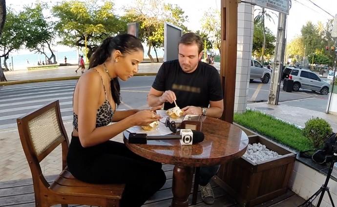 Delícia gelada! Niara Meireles e Max Fercondini tomam sorvete de tapioca. (Foto: Produção / Se Liga VM)