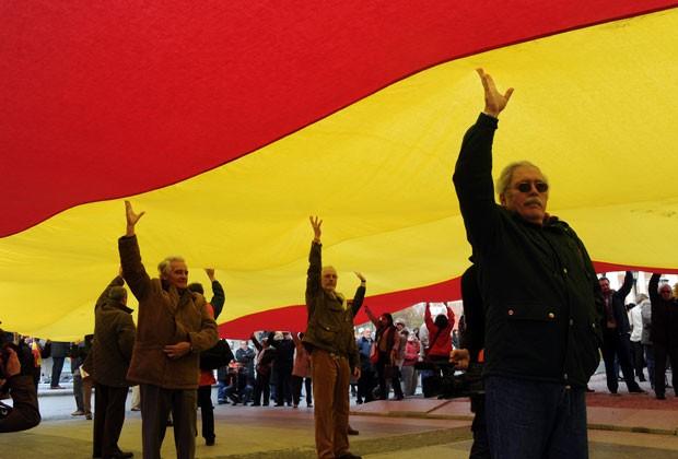 Em Madri, bandeira gigante foi usada em protesto (Foto: AFP)