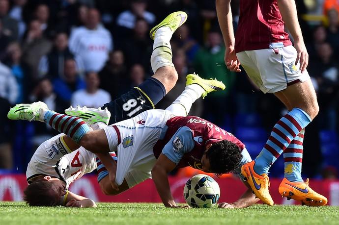 Harry Kane e Kieran Richardson Tottenham Hotspur x Aston Villa (Foto: AFP PHOTO / BEN STANSALL)
