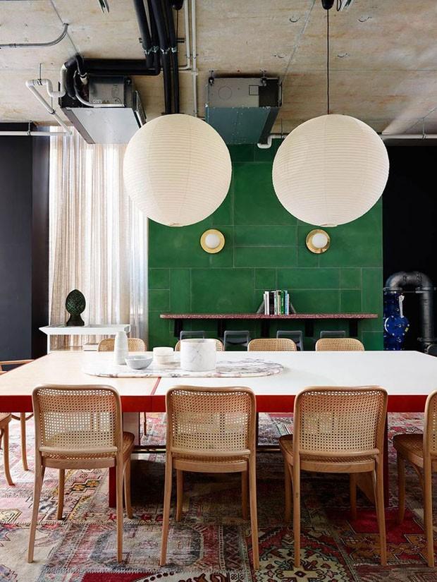 Décor do dia: sala de jantar contemporânea com cores complementares (Foto: Anson Smart)