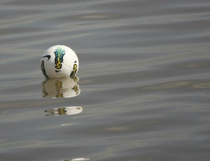 Bola do treino do Inter caiu nas águas do Guaíba (Foto: Diego Guichard/GLOBOESPORTE.COM)