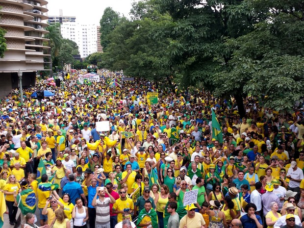 BELO HORIZONTE - Segundo a PM, às 11h20, 30 mil pessoas estavam na Praça da Liberade (Foto: Pedro Ângelo/ G1)