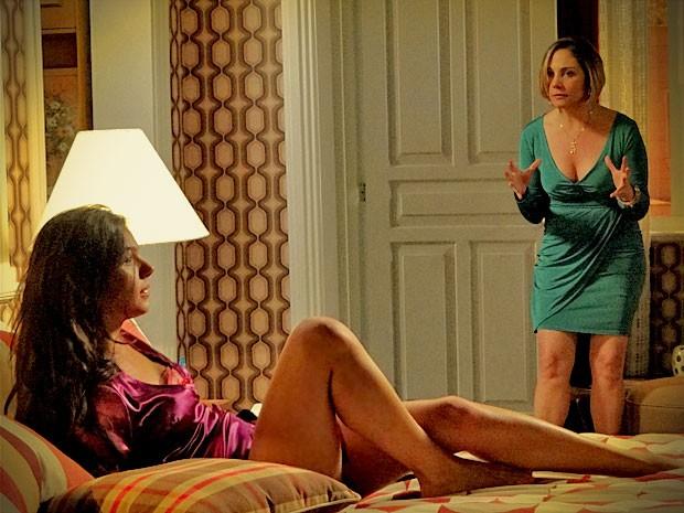 Monalisa tem um ataque ao flagrar Suelen em sua cama e, ainda por cima, usando suas roupas (Foto: Avenida Brasil/TV Globo)