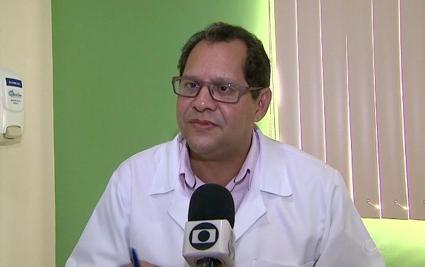 Infectologista Eduardo Farias afirma que gripe é mais aguda do que a virose, chegando a levar a morte em casos específicos (Foto: Acre TV)