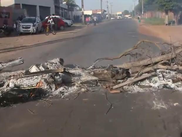 Objetos foram queimados para bloquear a rodovia estadual (Foto: Reprodução/TV Mirante)
