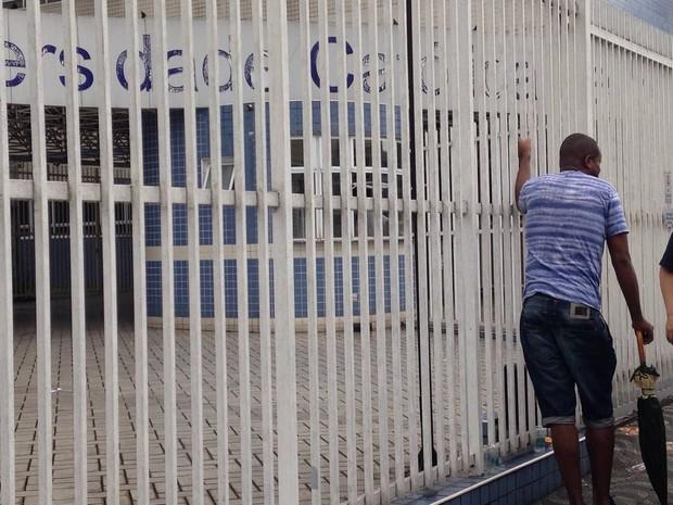 Portões foram fechados às 13h00 em Santos, no litoral de São Paulo (Foto: Guilherme Lucio da Rocha / G1)