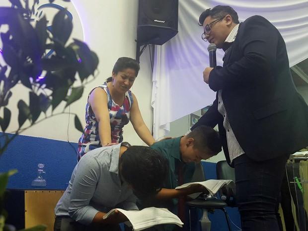 Pastoras Paloma Sene (esq.) e Aline Leão (dir.) durante culto (Foto: Reprodução)