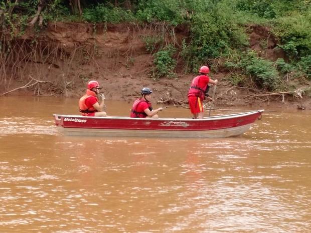 Bombeiros buscam menina levada por enxurrada em Sabará, na Grande BH (Foto: Corpo de Bombeiros/Divulgação)