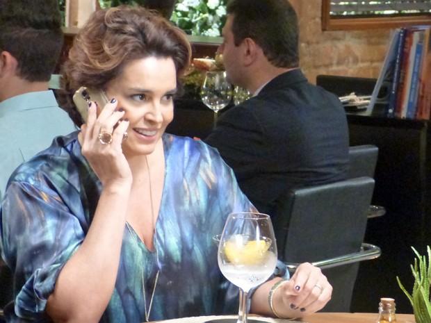 Beatriz faz um convite irrecusável para Léo  (Foto: Gshow)