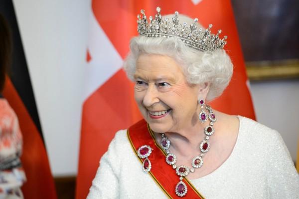 A rainha Elizabeth II usa tiaras em jantares ou cerimônias oficiais (Foto: Getty Images)
