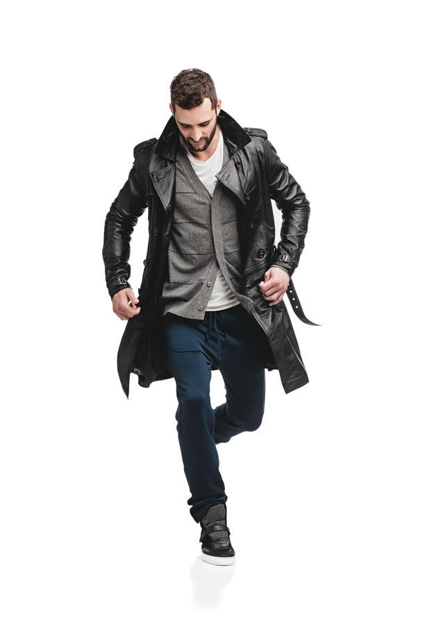 Trench coat e calça Pretorian | Cardigã Aramis | Camiseta Osklen | Tênis Hugo Boss (Foto: Marlos Bakker)