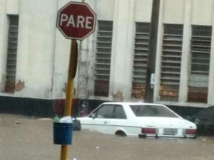 Carro fica ilhado próximo à Estação Ferroviária de Bauru (Foto: Divulgação/Thiago Augusto)