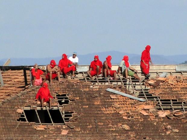 Presos ocupam telhado de pavilhão da Nelson Hungria, em Contagem (Foto: Pedro Cunha/G1)