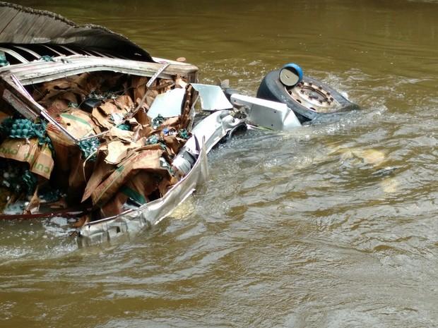 Carreta ficou submersa após cair no rio Sorocaba (Foto: Fernando Bellon/ TV TEM)