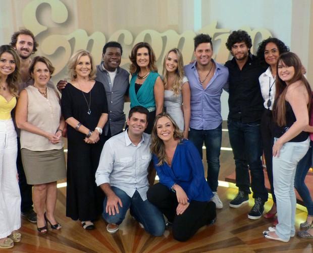 Fátima faz pose com seus convidados desta segunda-feira (Foto: Encontro com Fátima Bernardes/TV Globo)