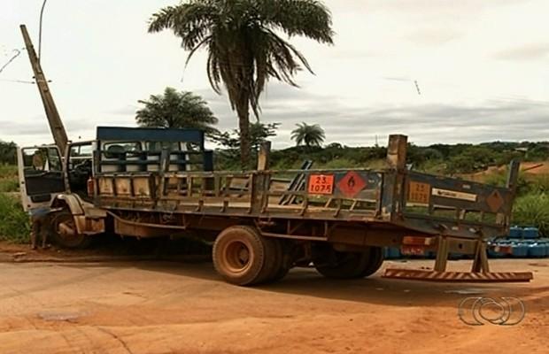 Caminhão carregado com botijões de gás bate em poste, em Luziânia, Goiás (Foto: Reprodução/TV Anhanguera)