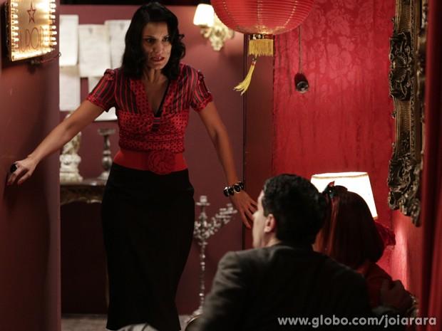 Elisa dá o flagra em Arlindinho e Serena e fica muito nervosa com o namorado (Foto: Fábio Rocha/TV Globo)